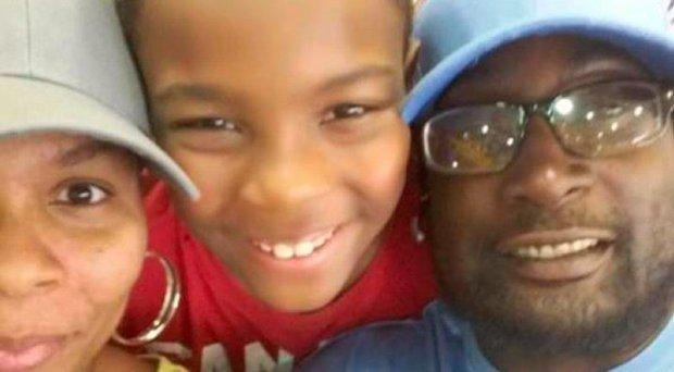 Keith Lamont Scott (R) with his wife and son (Photo: GoFundMe)