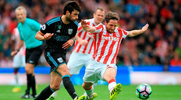 Joe Allen of Stoke City (R) attempts to block Claudio Yacob of West Bromwich Albion (L). Photo: Getty