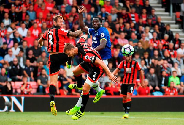 Everton's Romelu Lukaku of (C) and Bournemouth's Simon Francis (CL) battle for possession. Photo: Getty