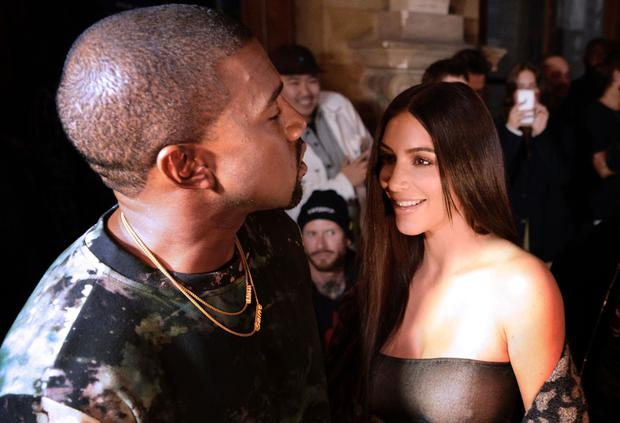 (From L) Kanye West and Kim Kardashian attend the Off-white 2017 Spring/Summer ready-to-wear collection fashion show, on September 29, 2016 in Paris. / AFP / ALAIN JOCARD / GETTY