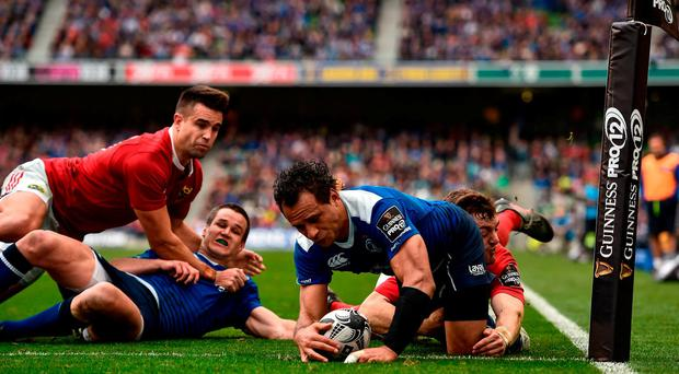 Isa Nacewa of Leinster scores his side's first try despite teh tackle of Darren Sweetnam of Munster during the Guinness PRO12 Round 6 match between Leinster and Munster at the Aviva Stadium in Lansdowne Road, Dublin. Photo by Brendan Moran/Sportsfile