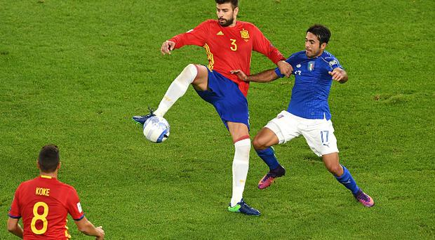 TURIN, ITALY - OCTOBER 06: Gerard Pique of Spain and Eder of Italy fight for the ball during the FIFA 2018 World Cup Qualifier between Italy and Spain at Juventus Stadium on October 6, 2016 in Turin, Italy. (Photo by Valerio Pennicino/Getty Images)