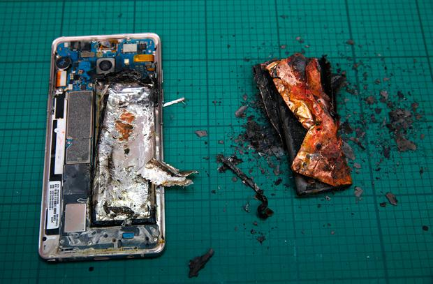 A Samsung Note7 phone set up in a laboratory in South Korea for a test. REUTERS/Edgar Su