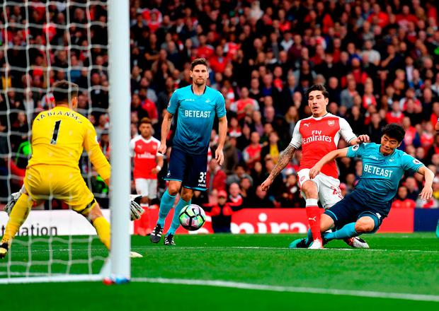 Hector Bellerin of Arsenal shoots. Photo by Mike Hewitt/Getty Images