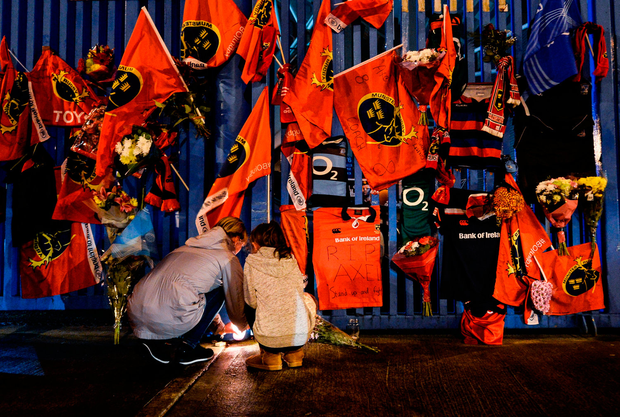 Tributes are paid to Anthony Foley at Shannon RFC clubhouse gate in Thomond Park last night. Photo by Diarmuid Greene/Sportsfile