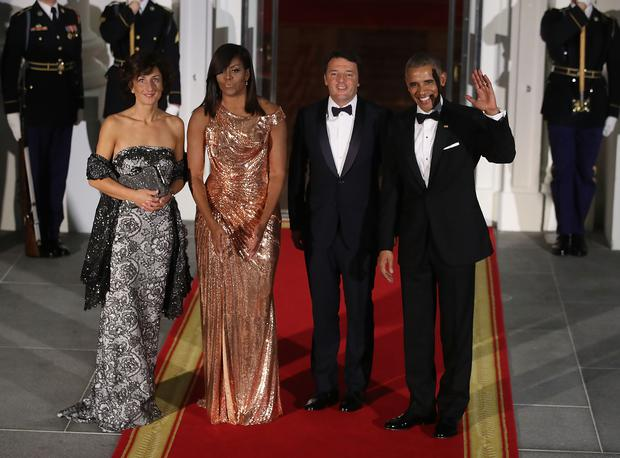 WASHINGTON, DC - OCTOBER 18: U.S. President Barack Obama (R) and first lady Michelle Obama (2nd L) stand with Italian Prime Minister Matteo Renzi and his wife Mrs. Agnese Landini upon arrival for a state dinner at the White House, October 18, 2016 in Washington, DC. President Obama is hosting the last state visit of his presidency. (Photo by Mark Wilson/Getty Images)