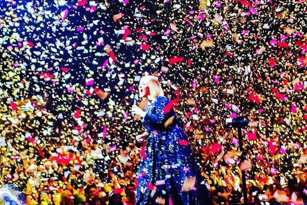 Adele on stage in Nashville with her confetti love notes. Pic: FreddyAmazin/Twitter