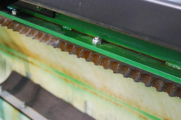 The bale chopper knife on this machine has seen better days and needs replacing. If it wasn't replaced a tightly packed round bale loaded into the feeder would take too long to be chopped properly and drag feeding time out unnecessarily. A heavy duty knife on a Keenan K140 model costs €680 including VAT.