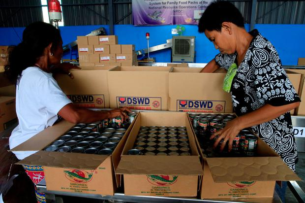 Voluneteers pack relief goods which will be distributed to the victims of Super Typhoon Haima, local name Lawin, at a warehouse in Pasay city, metro Manila, Philippines October 20, 2016. REUTERS/Romeo Ranoco