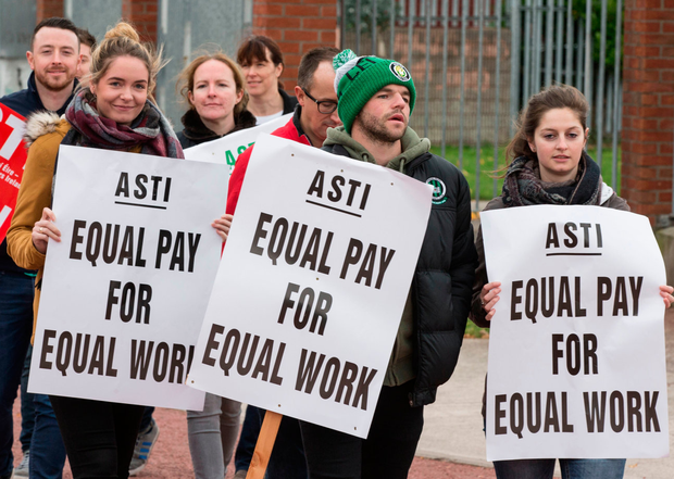 Teachers on the picket line at Pobalscoil Neasáin in Baldoyle, Dublin Photo: Mark Condren