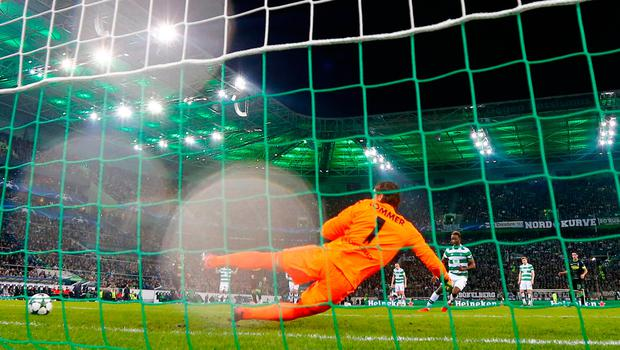 Moussa Dembele equalises for Celtic from the penalty spot. Reuters / Wolfgang Rattay