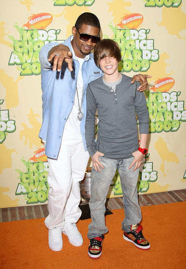 Singers Usher and Justin Bieber arrive at Nickelodeon's 2009 Kids' Choice Awards at UCLA's Pauley Pavilion on March 28, 2009 in Westwood, California. (Photo by Jason Merritt/Getty Images)