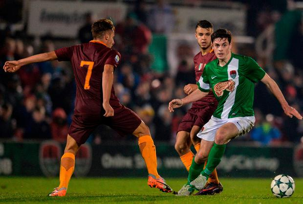 Pierce Phillips looks for a way past Roma's Davide Frattesi. Photo by Eóin Noonan/Sportsfile