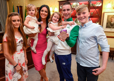 Rob Heffernan with wife Marian, children Meghan, Tara, Regan and Cathal and his medal. Photo: Stephen McCarthy/Sportsfile