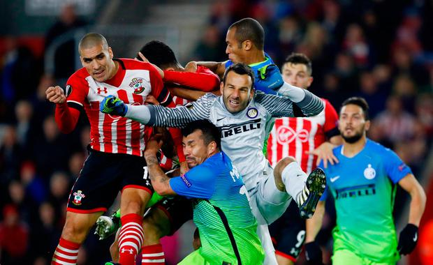 Southampton's Oriol Romeu puts pressure on Inter Milan's golakeeper Samir Handanovic. Photo: Reuters / Eddie Keogh
