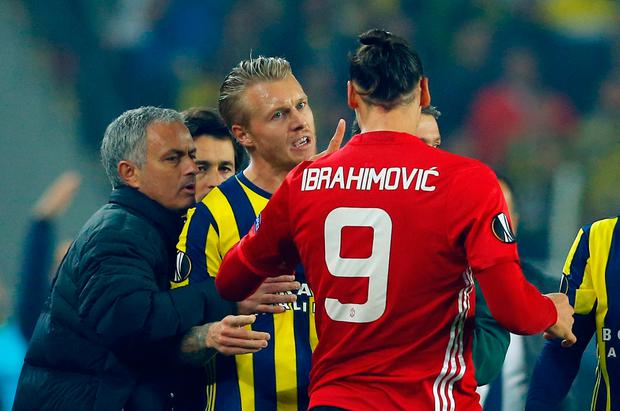 Manchester United's Zlatan Ibrahimovic clashes with Fenerbahce's Simon Kjaer as manager Jose Mourinho looks on. Photo: Reuters / Murad Sezer