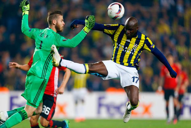 David De Gea bravely clears the ball away from Fenerbahce's Moussa Sow. Photo: Reuters / Osman Orsal