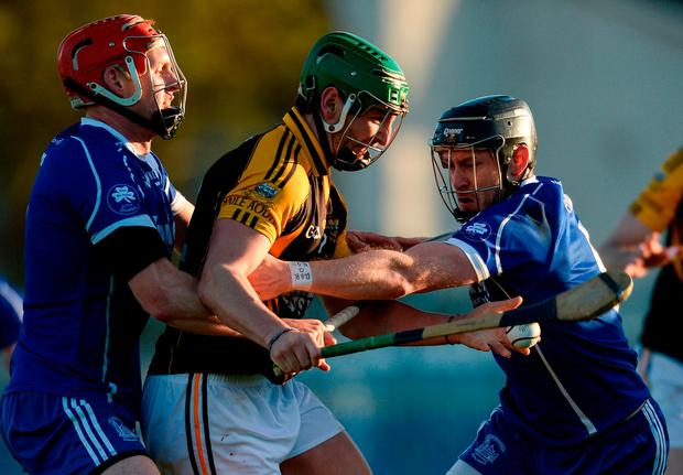 Cathal Doohan of Ballyea in action against Denis Maher, left, and Stephen Lillis of Thurles Sarsfields. Photo: Piaras Ó Mídheach/Sportsfile