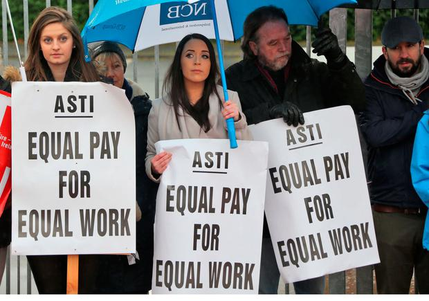 Secondary school teachers and ASTI members pictured this afternoon on the picket line outside Pobalscoil Neasáin, Baldoyle, Dublin... Picture Colin Keegan, Collins Dublin.