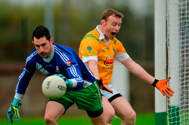 David Dowling of Seán O Mahony's looks for a '45 as Andy O'Brien of Sarsfields gathers possession. Photo by Piaras Ó Mídheach/Sportsfile