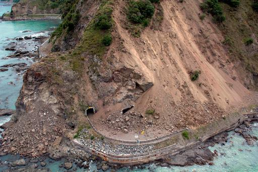 New Zealand evacuates tourists, locals stranded by quake