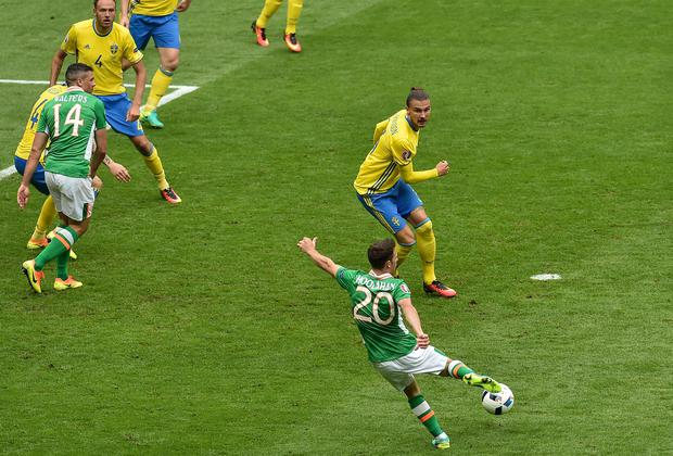 Wes Hoolahan shoots to score against Sweden at the Stade de France, Paris. Photo by Paul Mohan/Sportsfile