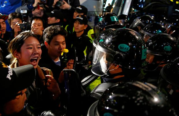 A demonstrator shouts to riot policemen who block protesters in a road nearby the presidential Blue House during the protesters' march calling South Korean President Park Geun-hye to step down in Seoul, South Korea, November 19, 2016. REUTERS/Kim Kyung-Hoon