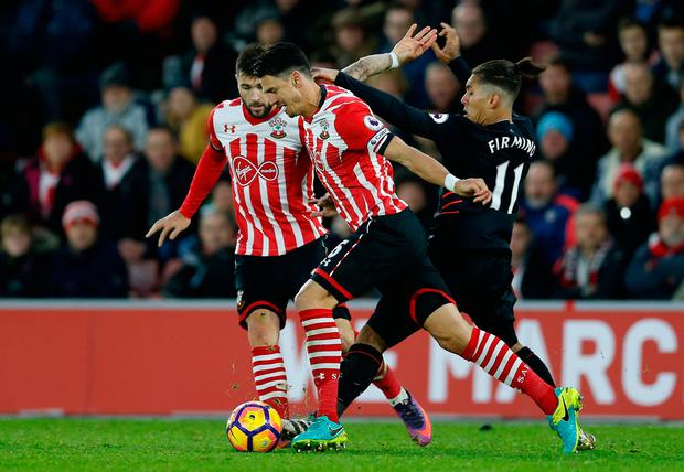 Southampton's Jose Fonte and Charlie Austin in action with Liverpool's Roberto Firmino. Photo: Reuters / Matthew Childs