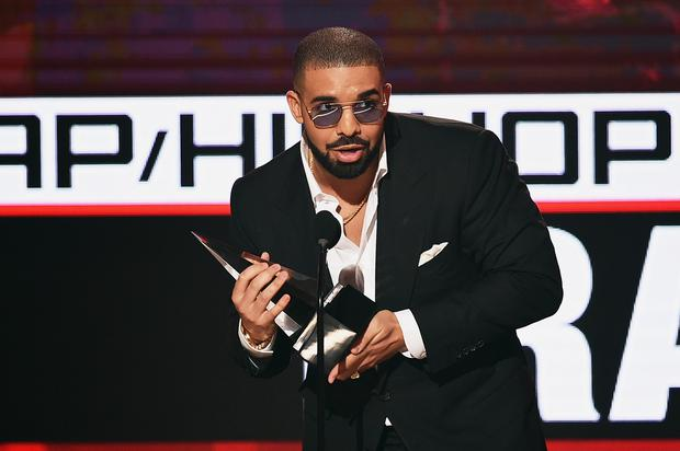 Rapper Drake accepts Favorite Rap/Hip-Hop Artist onstage during the 2016 American Music Awards at Microsoft Theater on November 20, 2016 in Los Angeles, California. (Photo by Kevin Winter/Getty Images)
