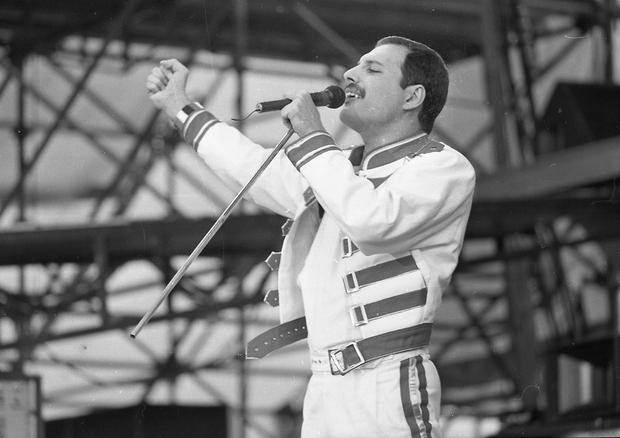 Freddie Mercury, lead singer of Queen, performing at Slane Castle. 5/7/86. (Part of the Irish Independent Newspapers/NLI Collection)