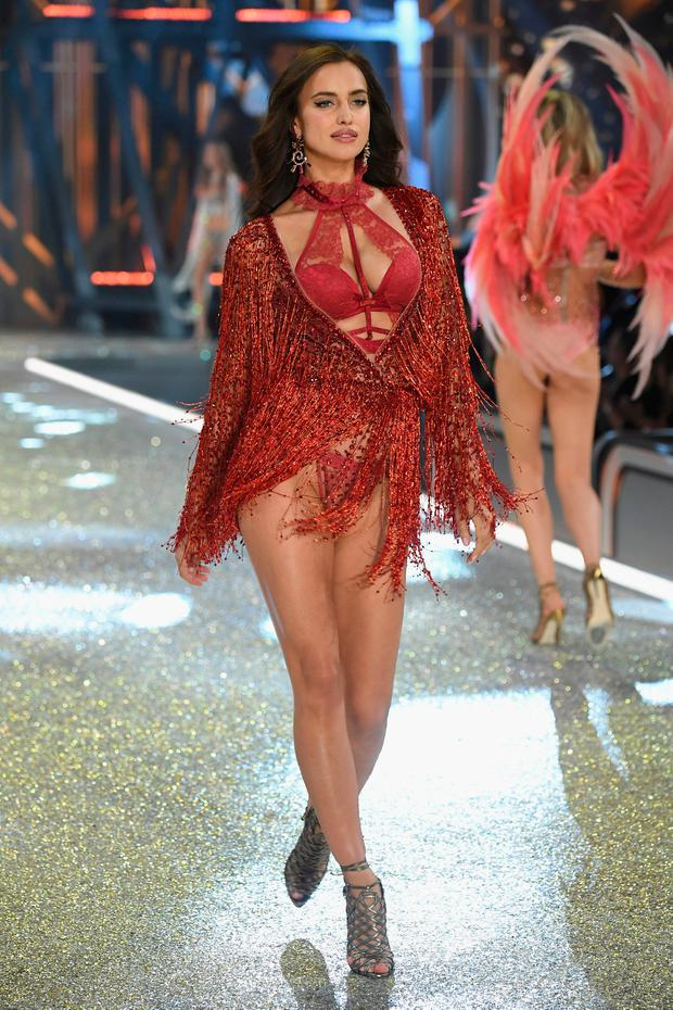 Irina Shayk walks the runway at the Victoria's Secret Fashion Show on November 30, 2016 in Paris, France. (Photo by Pascal Le Segretain/Getty Images for Victoria's Secret)
