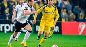 Maccabi Tel Aviv's Dutch-Bosnien midfielder Haris Medunjanin (R) vies for the ball against Dundalk's Andy Boyle