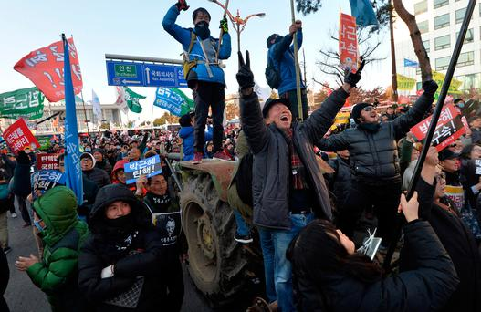 People react after impeachment vote on South Korean President Park Geun-hye was passed Pic via Reuters