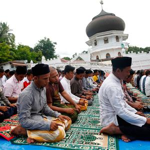Muslims attend Friday prayers at Jami Quba mosque which collapsed during this week's earthquake in Pidie Jaya, Aceh province, Indonesia December 9, 2016. REUTERS/Darren Whiteside