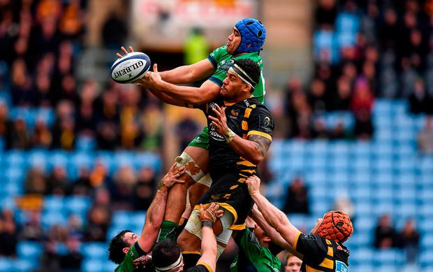Nepia Fox-Matamua of Connacht takes possession in a lineout ahead of Nathan Hughes of Wasps during the European Rugby Champions Cup Pool 2 Round 3 match between Wasps and Connacht at the Ricoh Arena in Coventry, England. Photo by Stephen McCarthy/Sportsfile