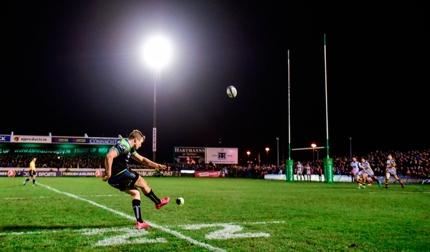 Jack Carty of Connacht kicks the match winning conversion. Photo by Matt Browne/Sportsfile