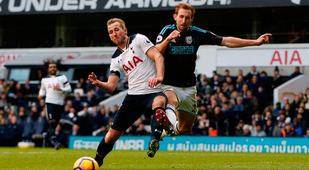 Tottenham's Harry Kane in action with West Bromwich Albion's Craig Dawson. Photo: Reuters / Paul Childs