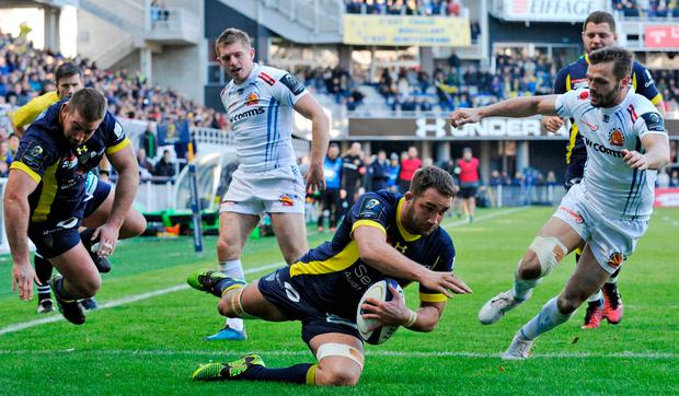Clermont's French flanker Alexandre Lapandry (C) scores a try. Photo: Getty
