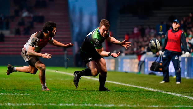 Matt Healy fails to collect a pass close with the try line in his sights during the second half of yesterday's Champions Cup clash in Toulouse. Photo by Stephen McCarthy/Sportsfile