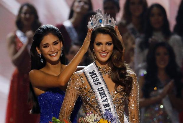 Pia Wurtzbach places the Miss Universe crown on Miss France Iris Mittenaere after the latter was declared winner in the Miss Universe beauty pageant at the Mall of Asia Arena, in Pasay, Metro Manila, Philippines January 30, 2017. REUTERS/Erik De Castro TPX IMAGES OF THE DAY