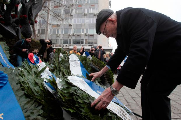 Heinz Kunio, a Jewish survivor of the Holocaust, places a wreath at a Holocaust Memorial during the 74th anniversary of the first deportation of Jews from Thessaloniki to Auschwitz, in Thessaloniki, Greece January 29, 2017. REUTERS/Alexandros Avramidis