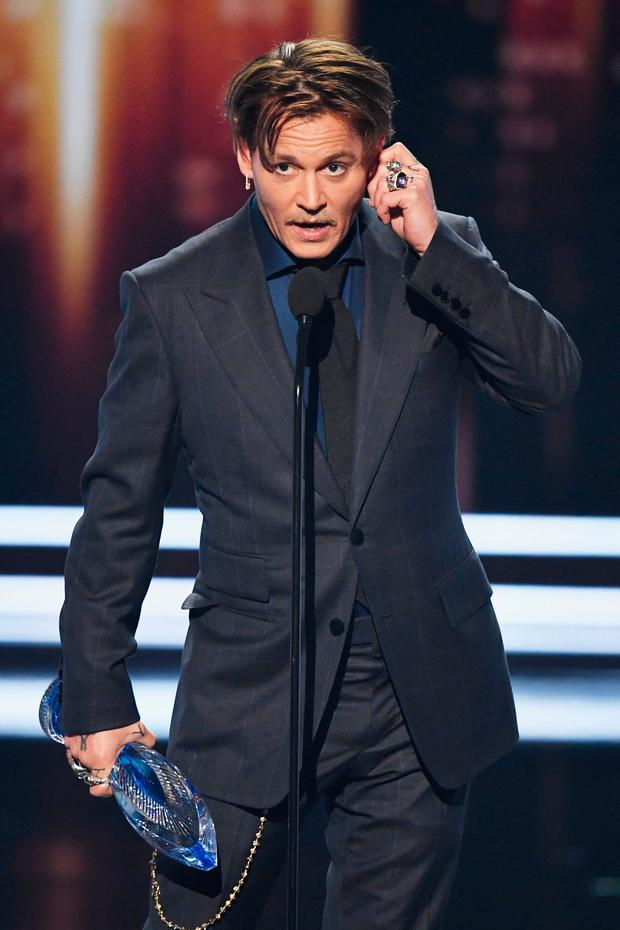 Actor Johnny Depp accepts Favorite Movie Icon onstage during the People's Choice Awards 2017 at Microsoft Theater on January 18, 2017 in Los Angeles, California. (Photo by Kevin Winter/Getty Images)