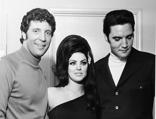 Welsh-born entertainer Tom Jones poses with Elvis Presley and his wife Priscilla, Las Vegas, Nevada, 1st July 1971. (Photo by Hulton Archive/Getty Images)