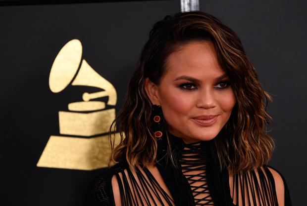 Chrissy Teigen arrives for the 59th Grammy Awards on February 12, 2017, in Los Angeles, California. / AFP / Mark RALSTON