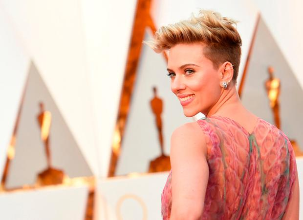 Scarlett Johansson arrives on the red carpet for the 89th Oscars on February 26, 2017 in Hollywood, California. / AFP PHOTO / VALERIE MACONVALERIE MACON/AFP/Getty Images