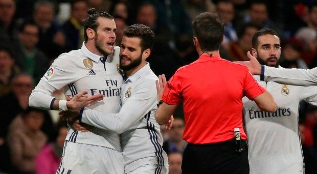 Real Madrid's Gareth Bale (L) argues with the referee