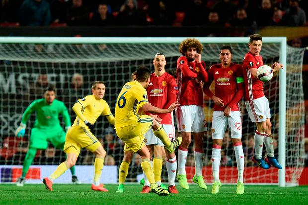 Rostov's Christian Noboa (C) curls a last minute free kick around the Manchester United defensive wall forcing David de Gea to make a save. Photo: AFP/Getty Images