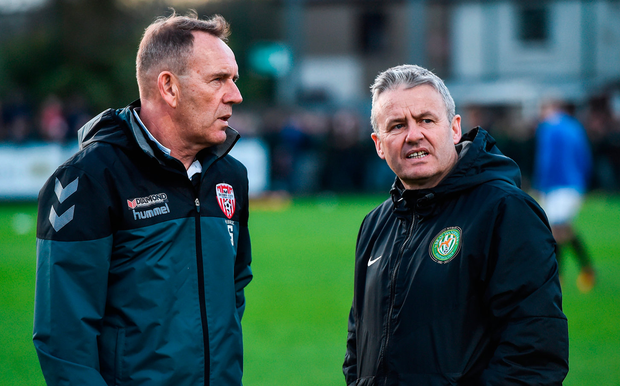 Derry boss Kenny Shiels speaks with Bray counterpart Harry Kenny. Photo: Sportsfile