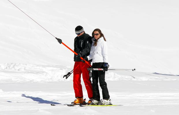 Prince William and Kate Middleton use a T-bar drag lift whilst on a skiing holiday on March 19, 2008 in Klosters, Switzerland. (Photo by Indigo/Getty Images)