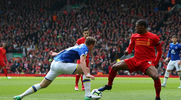Matt Pennington of Everton blocks the run of Georginio Wijnaldum of Liverpool. (Photo by David Blunsdenl/Action Plus via Getty Images)
